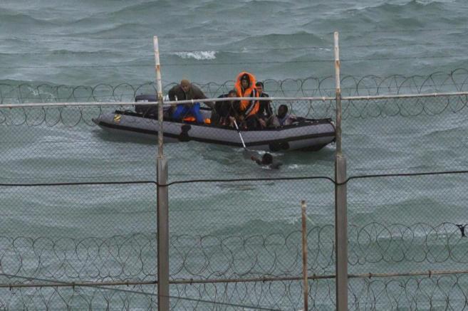 Soldados marroquíes rescatando a inmigrantes que trataron de alcanzar...