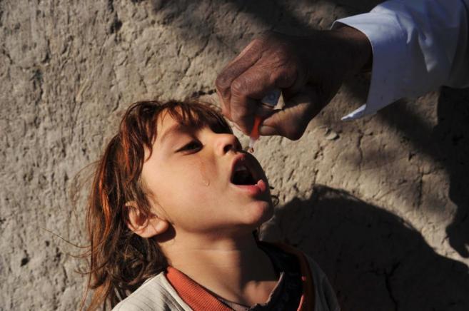 Un niño recibe la vacuna de la polio en Afganistán.