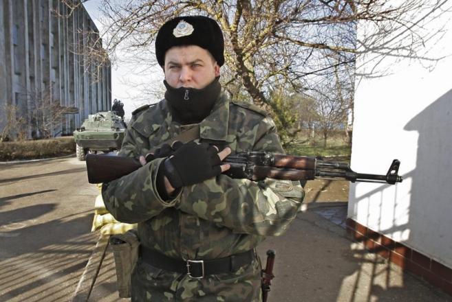 Un soldado ruso vigila la entrada de una base naval ucraniana.