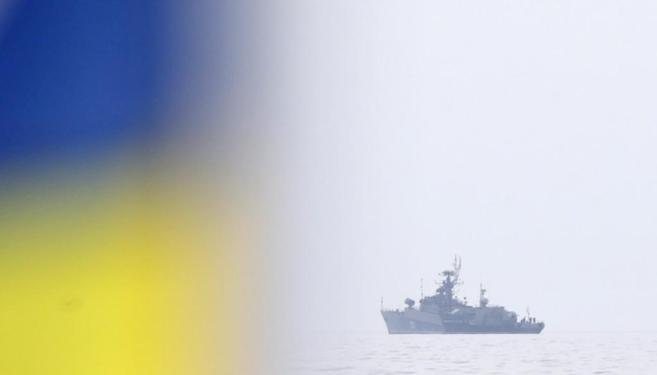 La bandera ucraniana ondea al paso de un navío ruso de la Flota del...