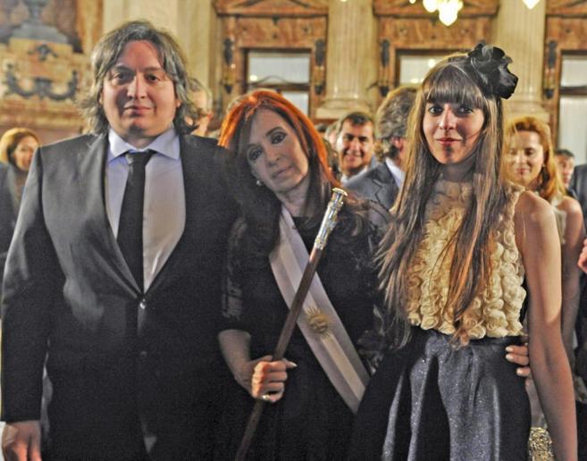 Máximo Kirchner junto a su madre, la presidenta Cristina Fernández,...