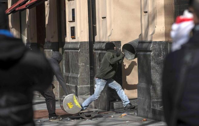Unos encapuchados destrozan unos escaparates en plena Gran Vía de...