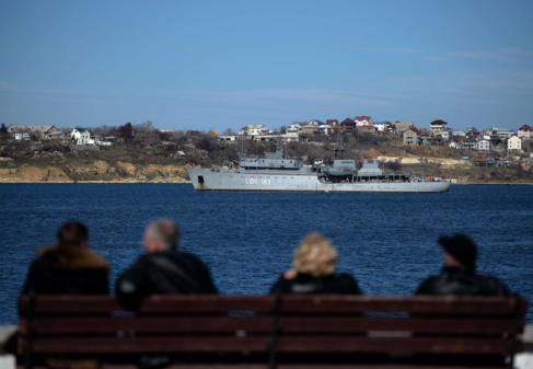 Un barco de la armada rusa pasando por el puerto de Seastopol.