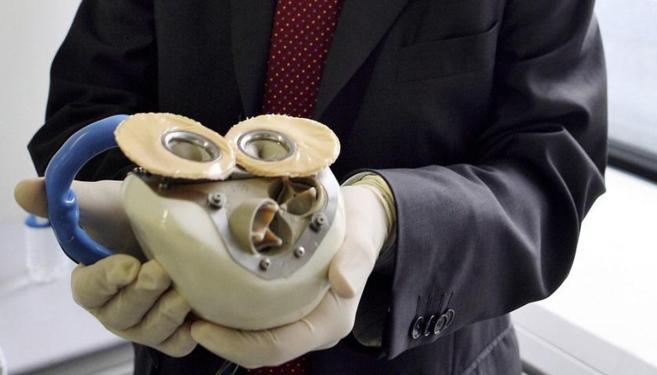 El corazón artificial de titanio inventado por Alain Carpentier,.