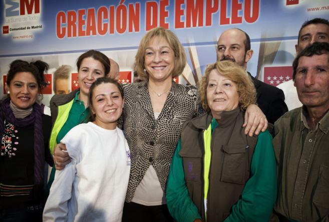 La Consejera de Empleo y Cultura con varios de los beneficiados por el...