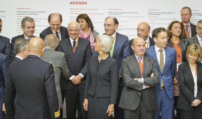 El Rey Don Juan Carlos (de espaldas) saluda a varios empresarios...