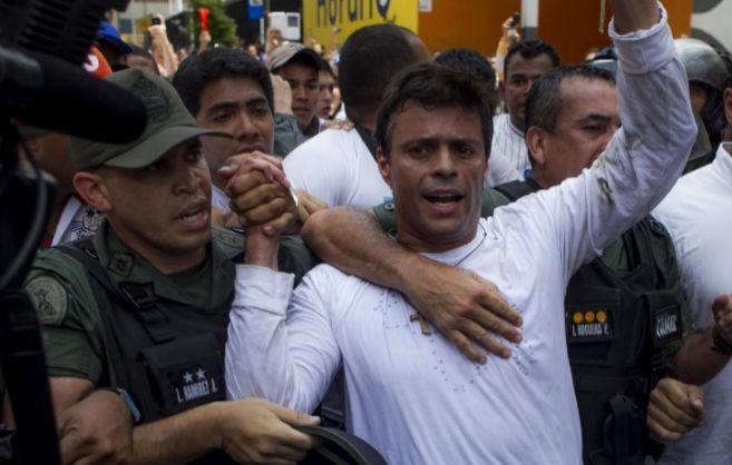 El opositor Leopoldo López, cuando se entregó a la Guardia Nacional...