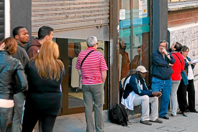 Un grupo de parados hace cola ante una oficina de Lanbide.