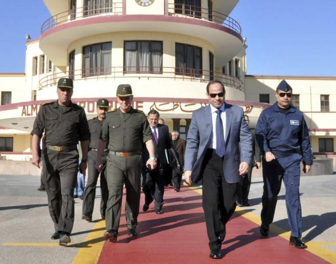 Abdelfatah al Sisi (segundo por la dcha) en el aeropuerto militar de...