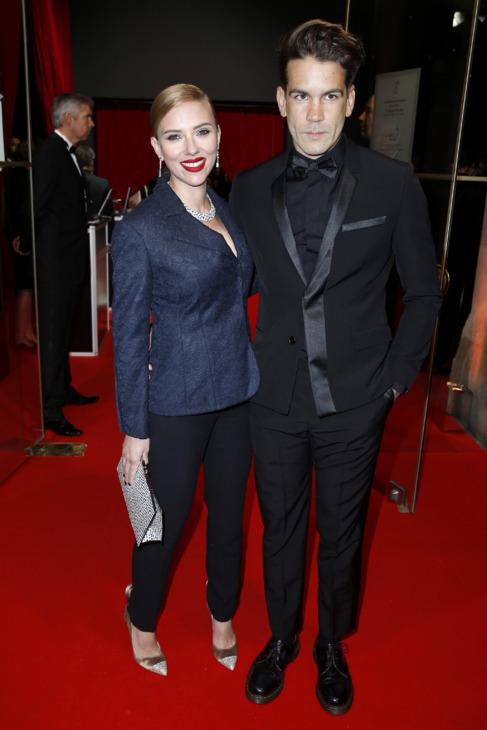 Scarlett Johansson y Romain Dauriac, en los Premios César 2014.