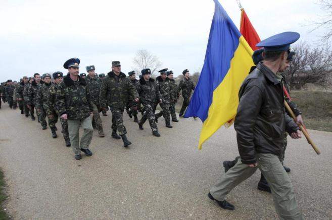 Tropas ucranianas mientras hombres armados y uniformados bloquean la...