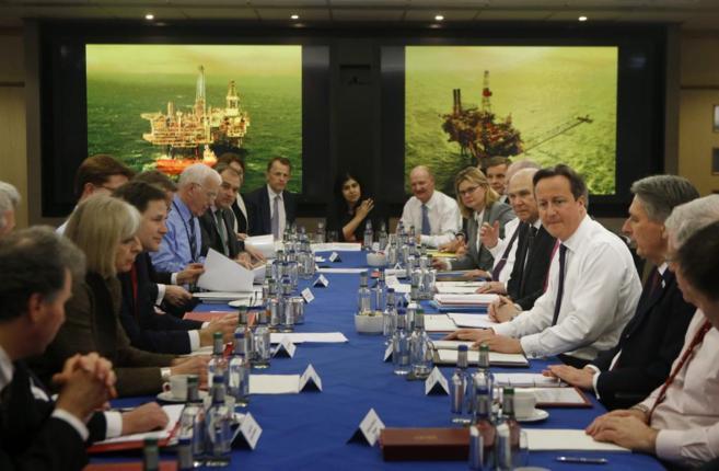 El 'premier' británico, junto a sus ministros, en una...