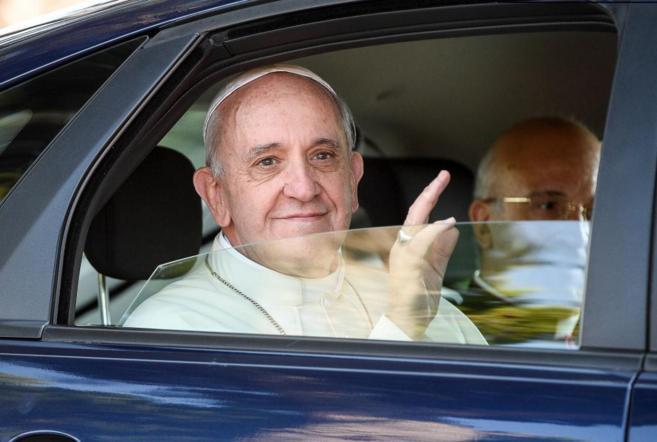 El Papa Francisco saluda al llegar a Castelgandolfo.