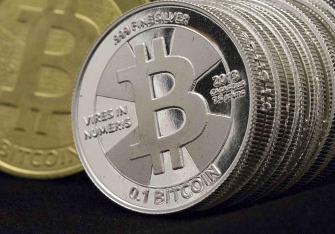 Bitcoins de plata y oro.