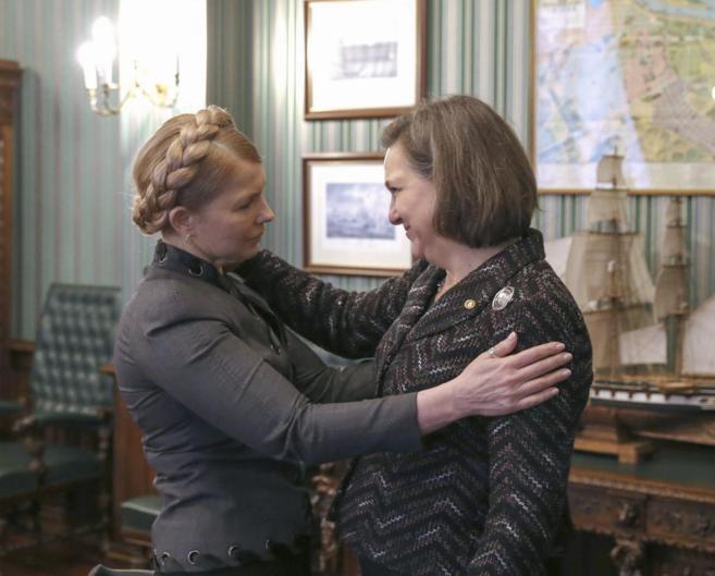 Timoschenko (i) con secretaria de Estado adjunta de EEUU para Asuntos...