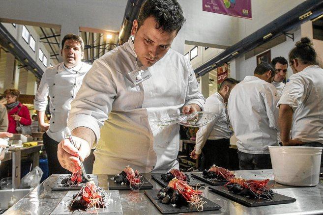 Uno de los participantes en el concurso prepara sus platos en el...