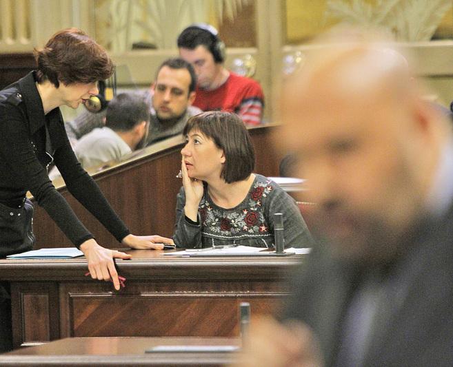 Isabel Oliver dialoga con Armengol durante la intervención del...