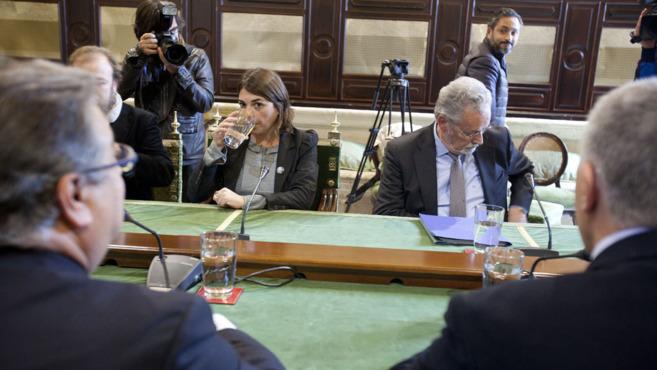 El alcalde Zoido; la consejera de Vivienda, Elena Cortés; y el...