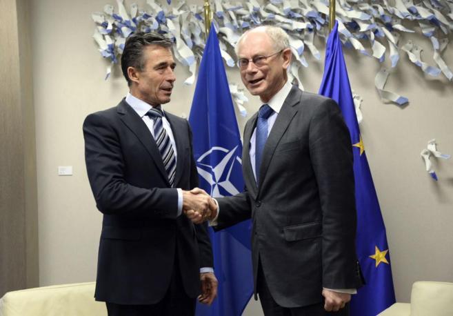 El secretario del OTAN, Anders Rasmussen, saluda al presidente del...