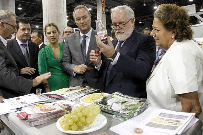 El presidente de la Generalitat, el ministro Arias Cañete y la...