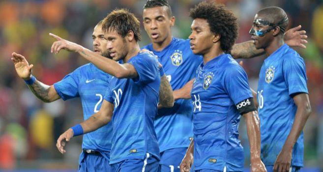 Neymar celebra con sus compañeros uno de sus goles en Johanesburgo.