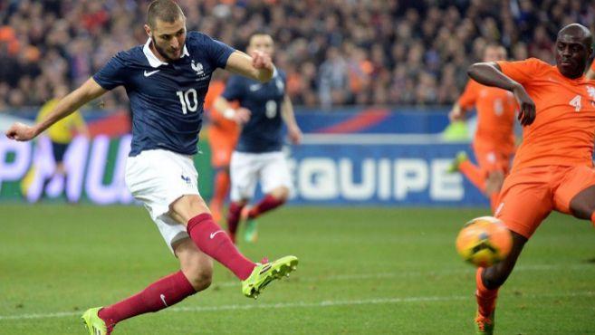 Benzema se anticipa a Martins Indi para anotar el 1-0 en París.