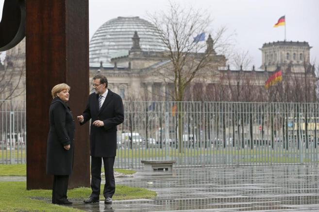 Rajoy conversa con Merkel en la sede la Cancillería alemana, durante...