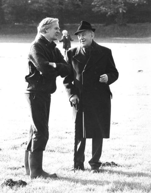 El escritor  conversa con sir Alec Guinness en el papel de George...