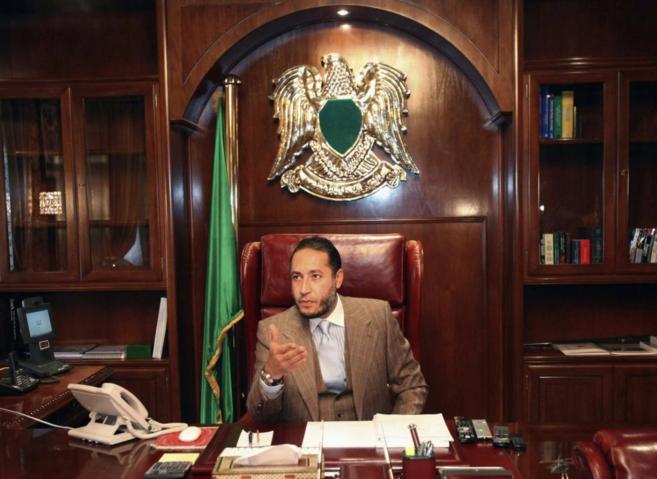 Saadi Gadafi hablando durante una rueda de prensa en su despacho de...