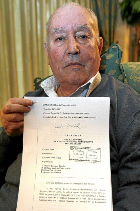 Marco Molines con la sentencia ganadora en el caso del Teatro Romano.