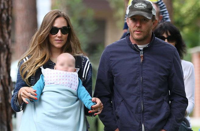Guy Ritchie y su actual pareja, que lleva a su hija Rivka en un...