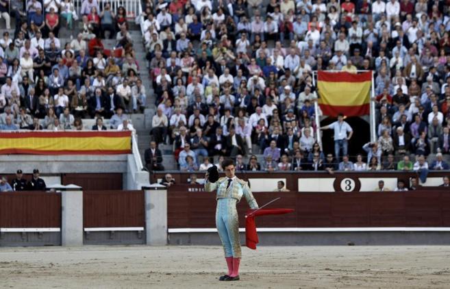 David Galván brinda al público el día de su confirmación en Madrid...