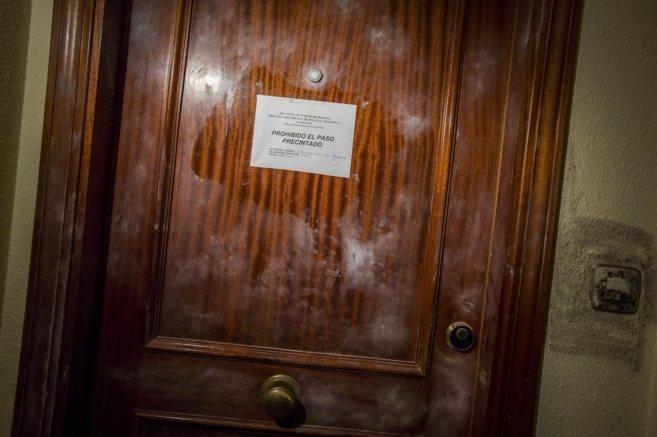 La puerta de la vivienda donde ocurrió el crimen en la que la...
