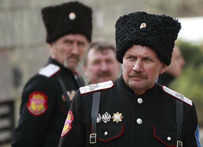 Cosacos montan guardia cerca del edificio del Parlamento de Crimea en...