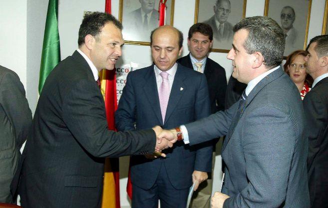 Antonino Gallego saluda al ex entrenador del Sevilla Caparrós ante...