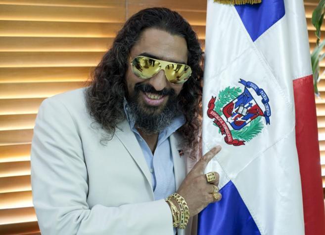 El cantante español Diego el Cigala posa junto a la bandera nacional...