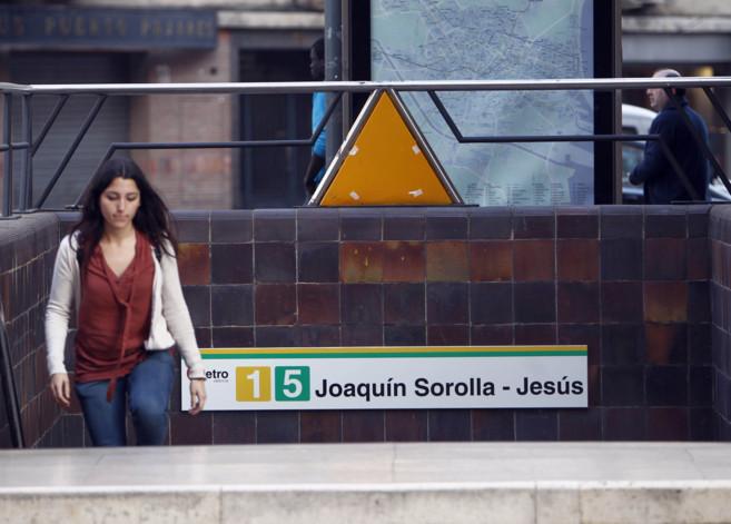 Una joven sale de la estación de metro Joaquín Sorolla-Jesús, en...