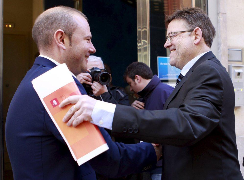 Toni Gaspar y Ximo Puig se saludan en los prolegómenos de uno de los...