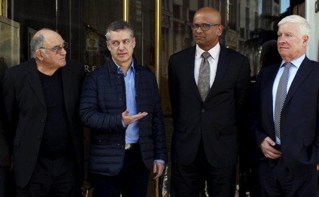 Urkullu, con tres de los verificadores en la Audiencia Nacional.