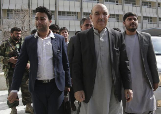 Qayum Karzai, el hermano mayor del presidente afgano, anuncia su...