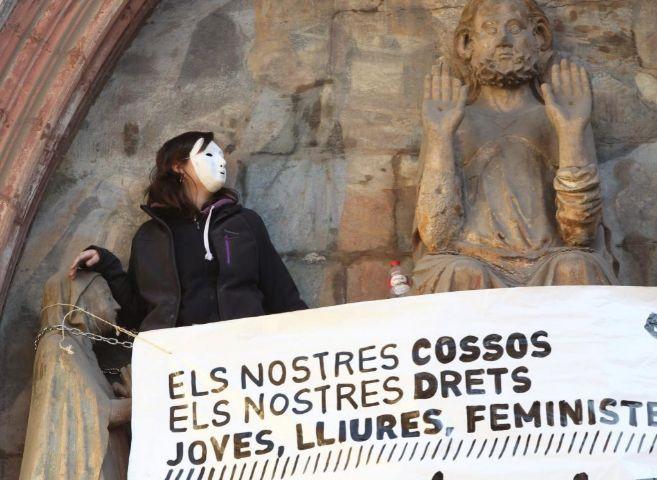 Una activista protesta contra la ley del aborto en Santa María del...