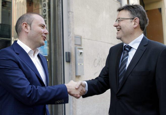 Toni Gaspar (izquierda) saluda al secretario general y adversario en...