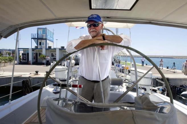 El padre del genoma humano,posa a bordo de su barco, en el puerto de...