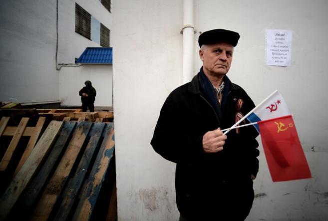 Un manifestantes proruso bloquea la entrada a la base ucraniana en...