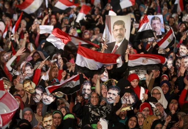 Seguidores de los Hermanos Musulmanes, en la plaza Rabaa Adawiya...