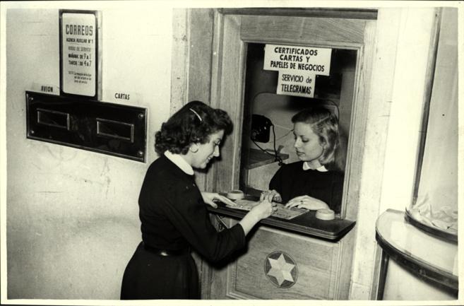 Mujeres en una oficina de Correos, en los años 50.