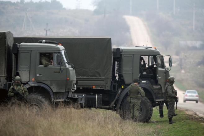 Soldados rusos bloqueando un paso de acceso a Crimea