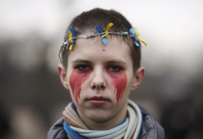 Manifestante de San Petersburgo contra la intervención rusa en...