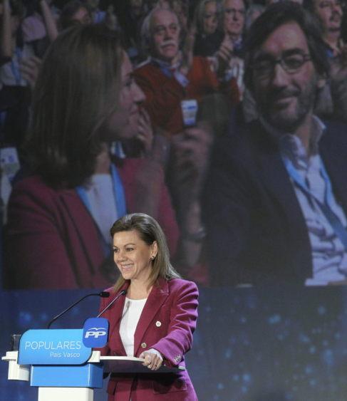 Cospedal soríe a Quiroga y Oyarzábal, con su imagen en la pantalla.