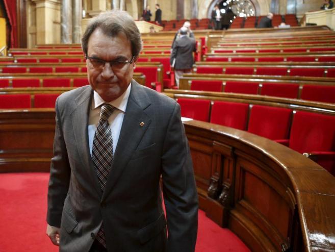 Artur Mas abandona el Parlament tras aprobar la resolución sobre la...